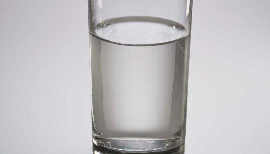 Agrega 1 taza de agua filtrada a la botella con atomizador.