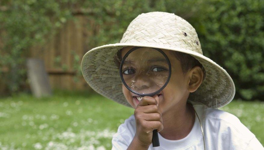 Niño usando un sombrero de safari.