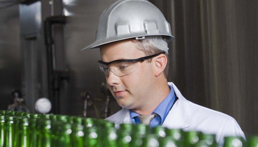 Si quieres embotellar tu cerveza en vez de ponerla en barriles, debes pagar a una empresa embotelladora por sus servicios.