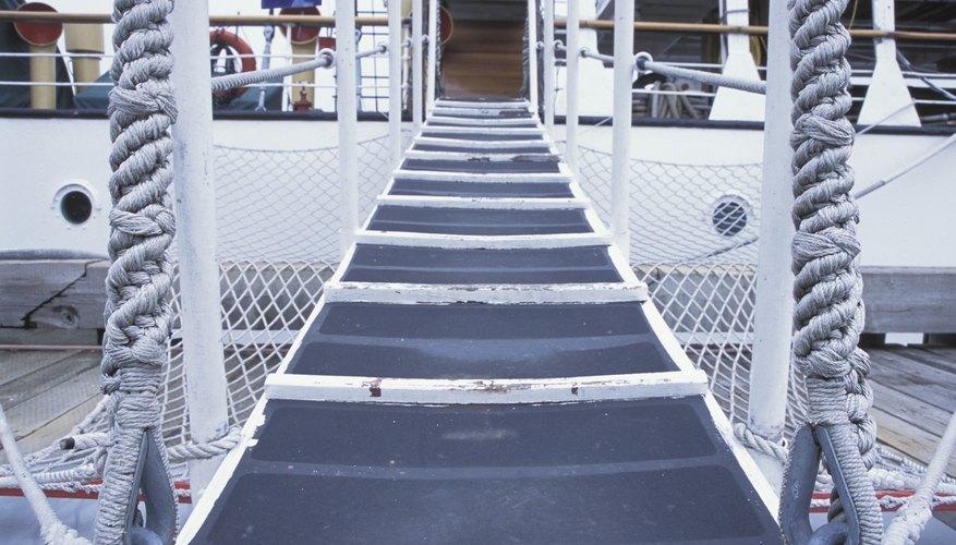 Una rampa es un ejemplo de un plano inclinado usado en la vida diaria.