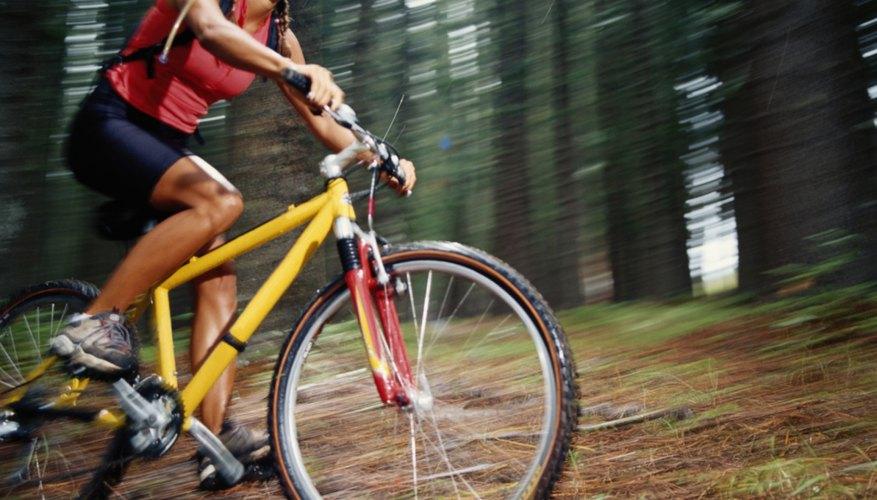 Las bicicletas semirrígidas son más eficaces en la montaña que las rígidas.