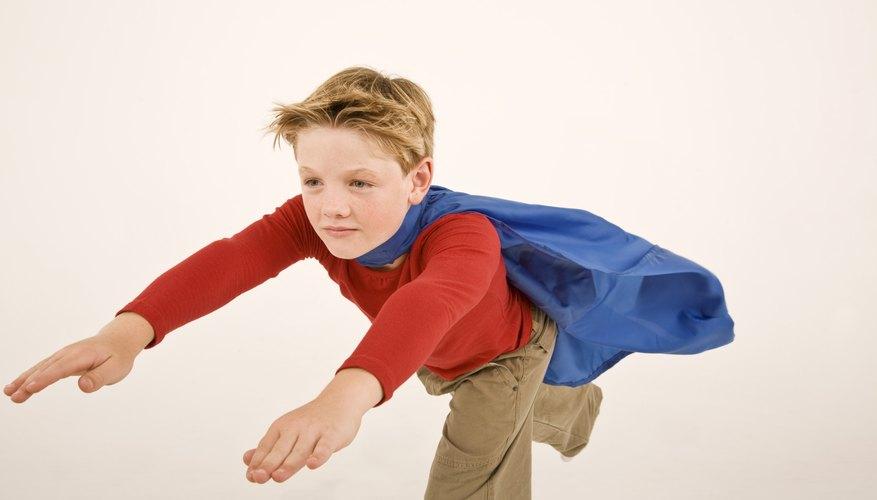 Hacer trajes caseros de superhéroes puede dar lugar a una tarde de diversión bajo techo para los niños y sus padres.