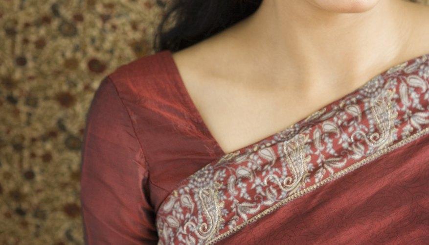 Las mujeres en India que practican el hinduismo llevan un punto rojo en la frente para indicar el matrimonio y mostrar su estatus social.