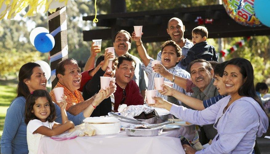 Organiza una fiesta relajada y al aire libre donde los niños tengan espacio para correr y jugar.