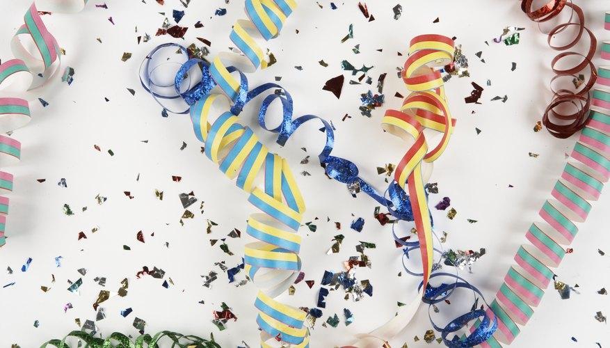 Haz tiradores de confetti con rollos de papel vacíos.