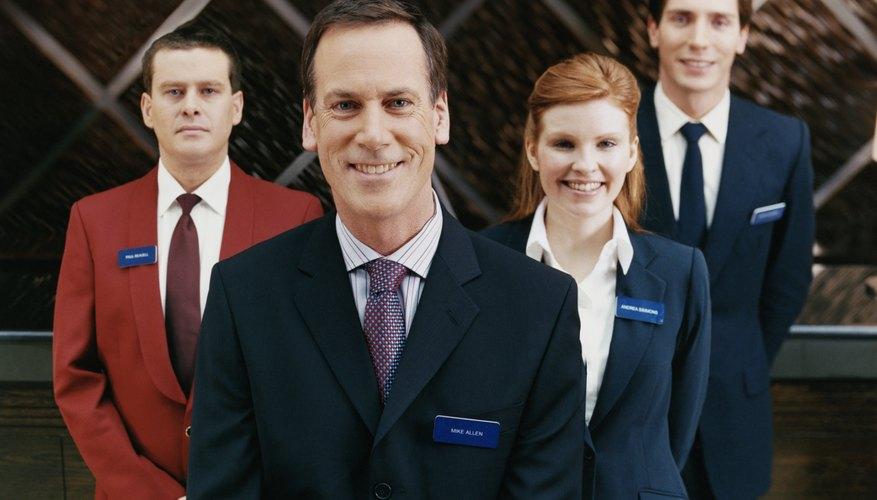 Los gerentes de hotel se aseguran de que el personal sea amable y las habitaciones estén impecables.