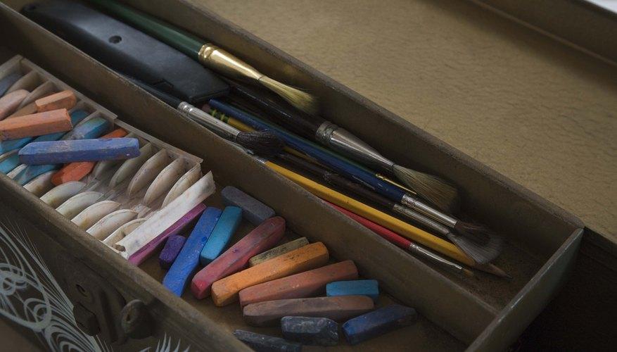 Sobre la marcha, las tizas tipo pasta y los carboncillos son más convenientes para dibujar.