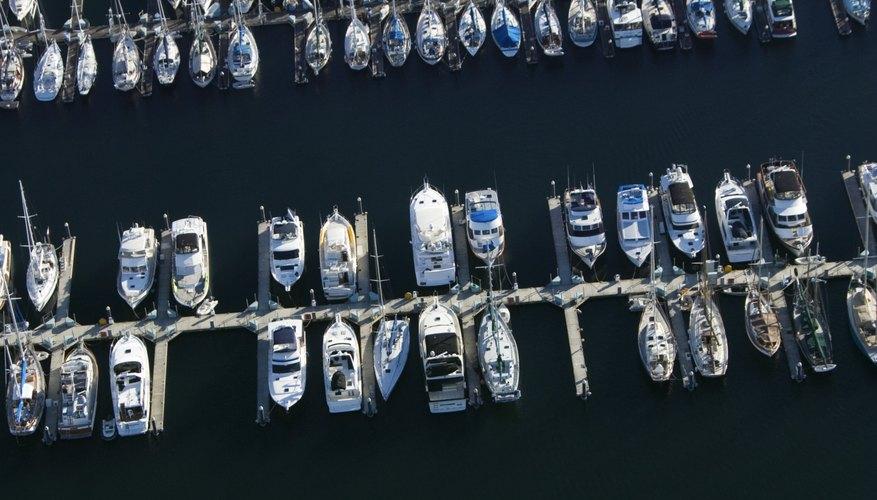 Las cubiertas de acrílico y de poliéster se utilizan para cubrir los barcos cuando se guardan en la marina.