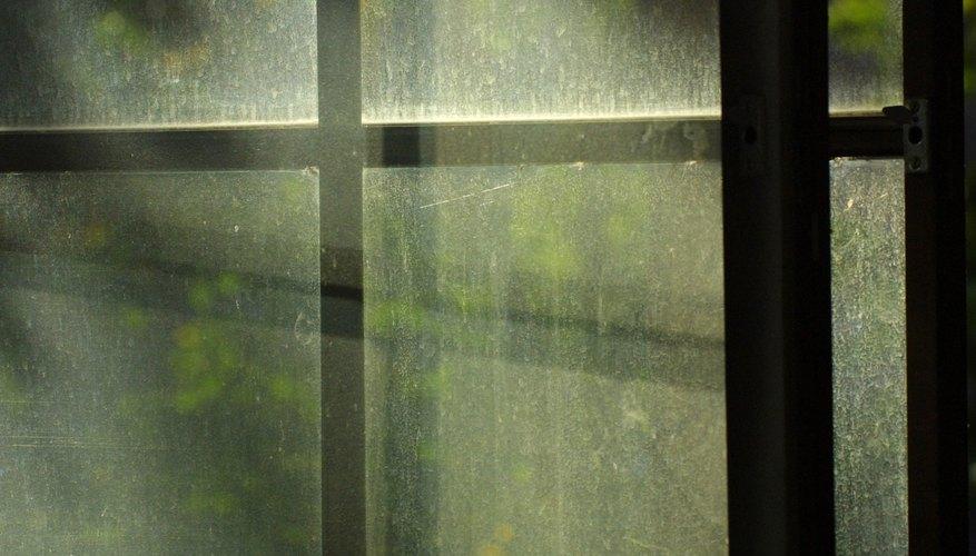 Limpia las ventanas de vidrio antes de pintarlas con pintura acrílica.