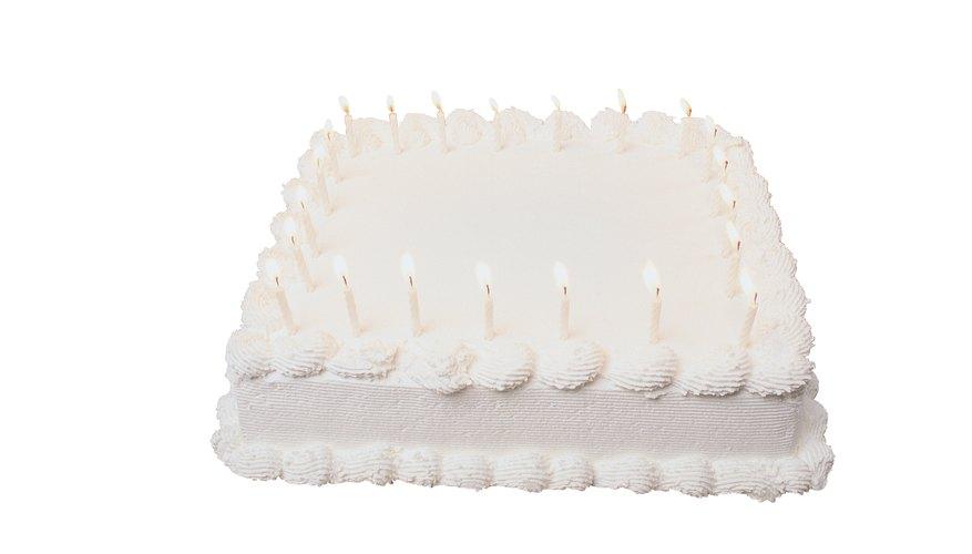 Decora una torta de cumpleaños simple con una imagen en glaseado comestible.