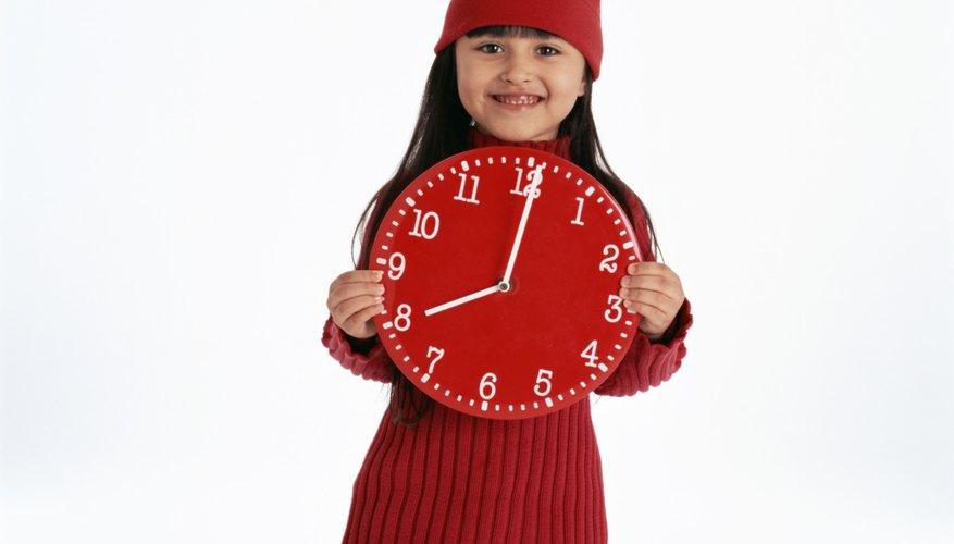 Comienza enseñando al niño a decir la hora en punto.
