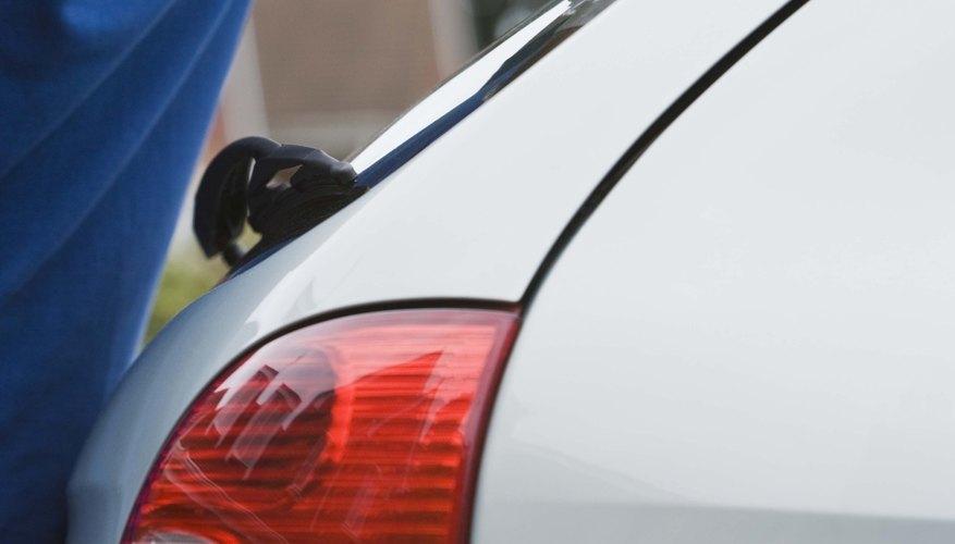 Limpia el automóvil con un paño.
