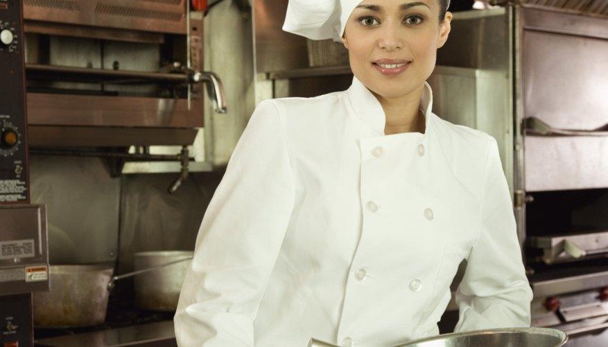 Ayuda a tu hijo a sentirse como un chef verdadero al hacer un sombrero con él.