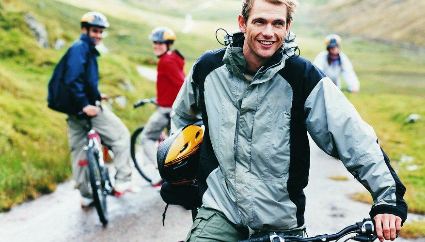 Ciclista de montaña con amigos.