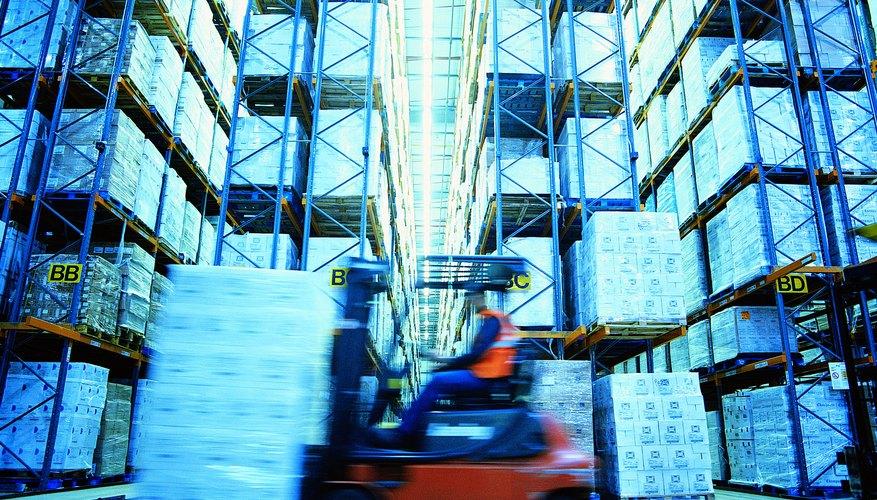 Los montacargas son parte integral en la operación del almacén.