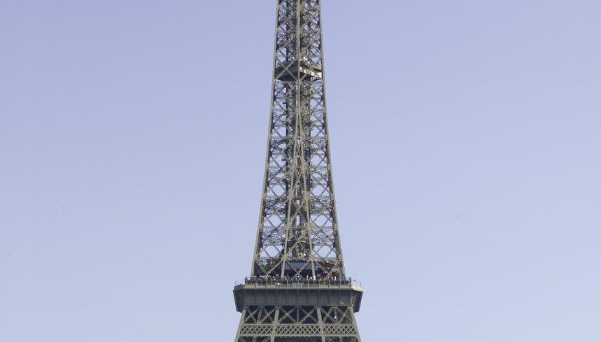 Un florero alto de la torre Eiffel es una maravillosa manera de utilizar este tipo de centro de mesa y te da muchas opciones de personalización.