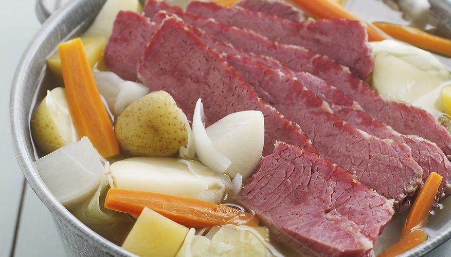 El proceso de salar ayuda a darle a la carne un color rosáceo.