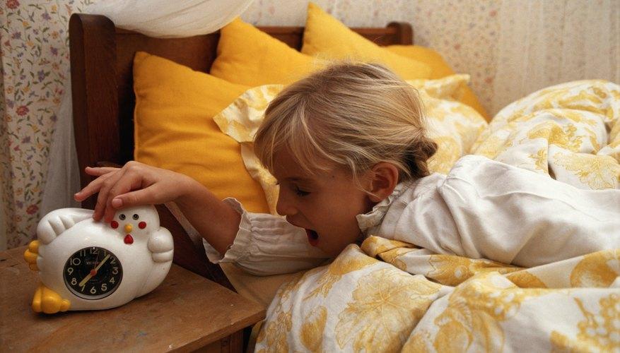 Mover su reloj alarma más lejos puede alentar a que tu hijo se levante.