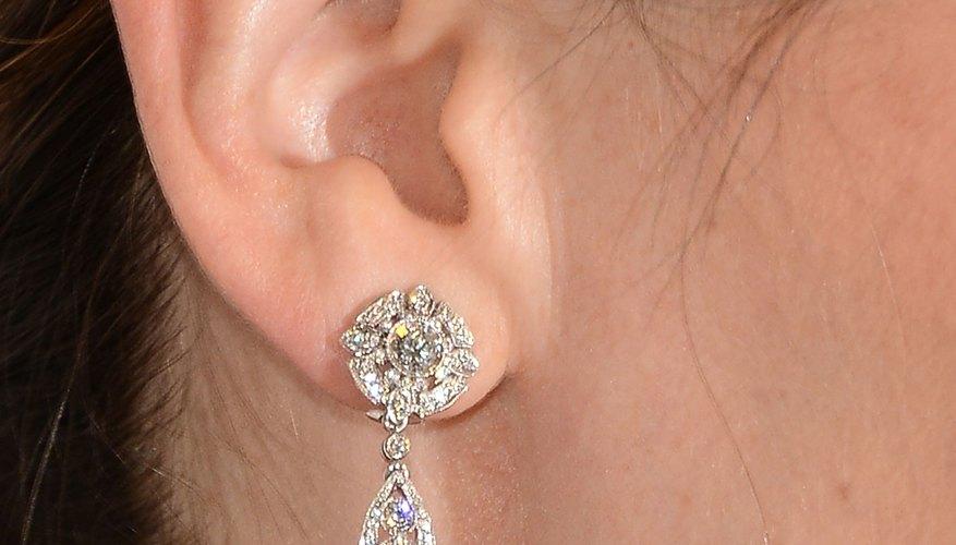 El oído humano está dividido en tres partes: la oreja, el oído medio y el oído interno.