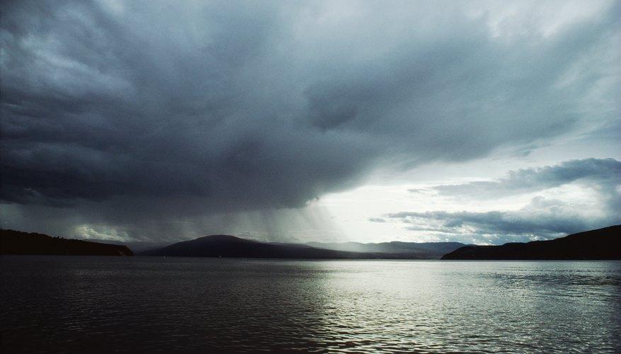 Las nubes son el resultado de la elevación y la condensación del vapor del agua cálida.