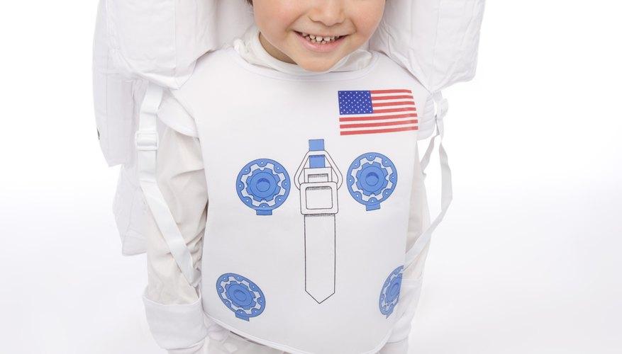 Ahorra dinero haciendo un disfraz espacial casero.