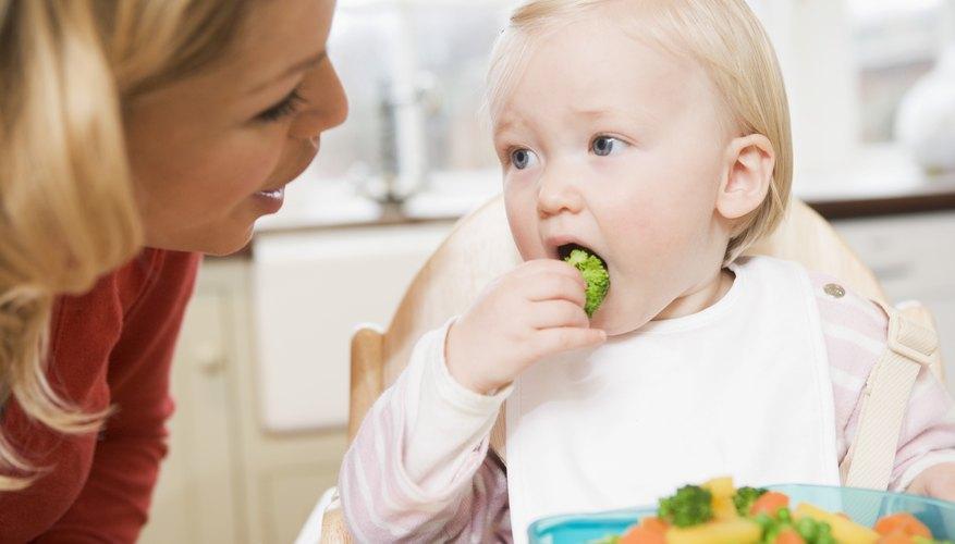 Las verduras cocidas son blandas y más seguras para los niños pequeños en lugar de las verduras crudas y duras.