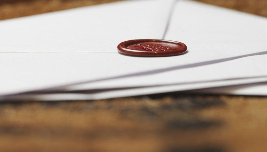 Sellar un sobre con lacre resalta la importancia del contenido.