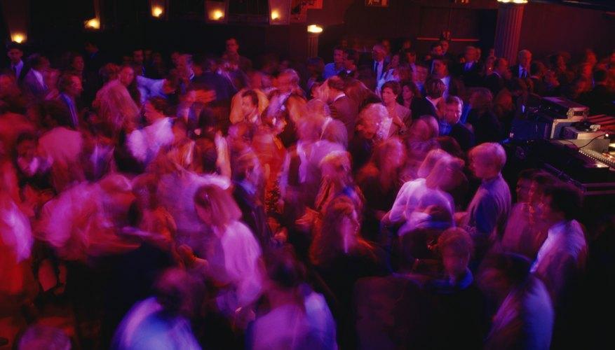 Imagen de una fiesta nocturna con personas bailando en la pista principal