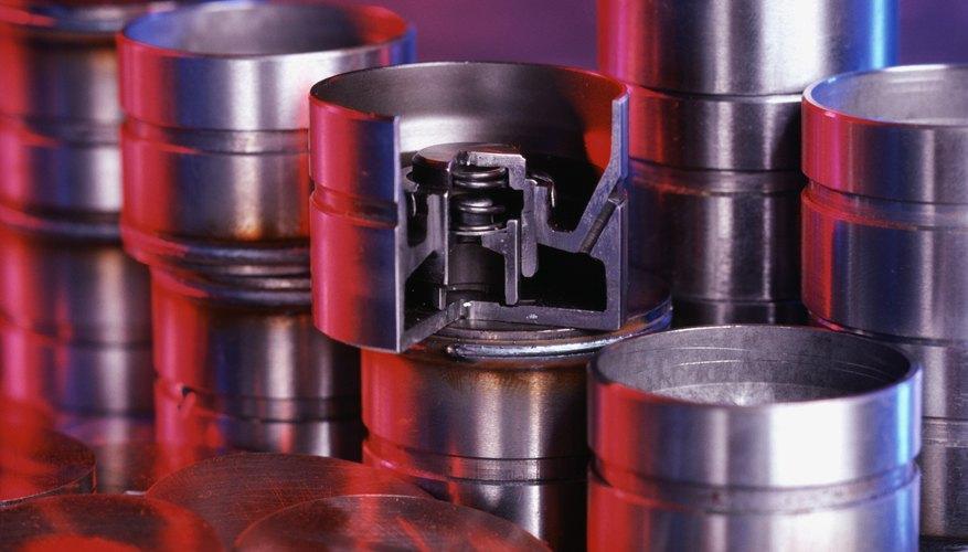 Trabaja en forma de línea de montaje para instalar los anillos en orden en cada pistón.