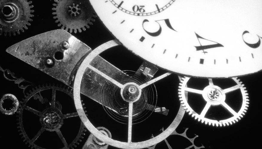 El reloj mecánico se define como un dispositivo con partes en movimiento. Éste fue el primer reloj completamente autosuficiente, a diferencia de los relojes de agua, los relojes solares y las gafas de reloj incorporado.