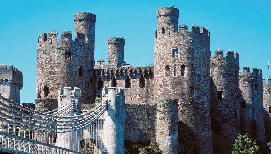 Crea torres de castillo realistas con rollos de papel higiénico.