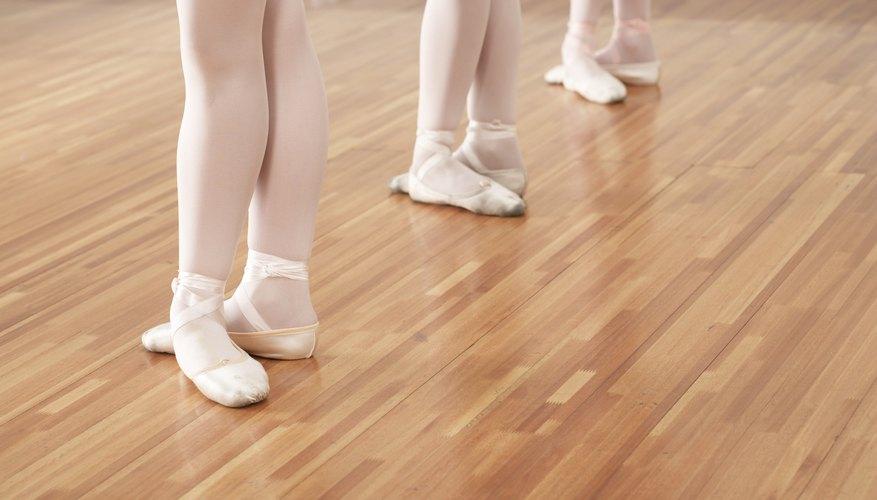 Utiliza zapatos claros que no resalten.
