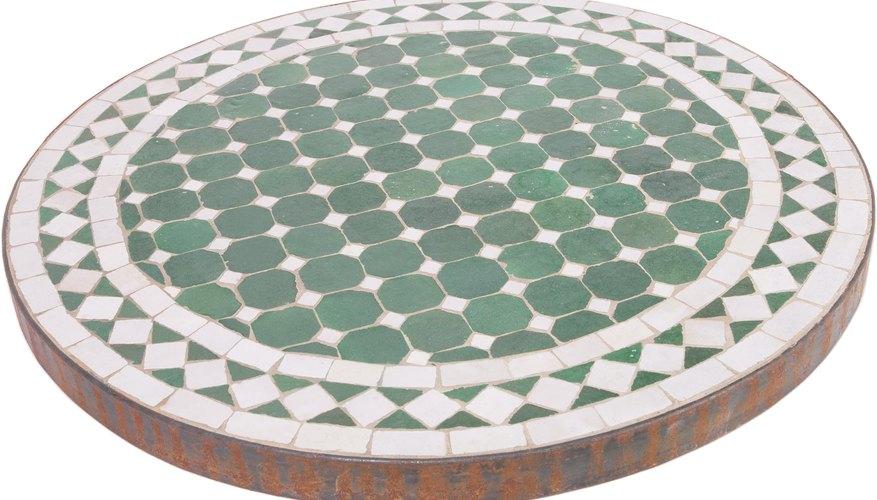 Romper la cerámica en trozos muy pequeños te permitirá generar diseños muy intrincados.