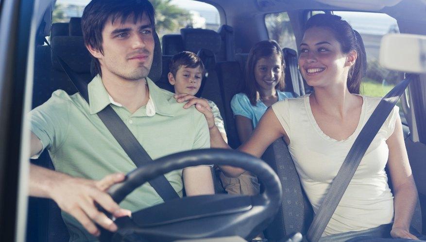 Los niños menores de 16 años deben usar un cinturón de seguridad, estén sentados atrás o adelante del auto.