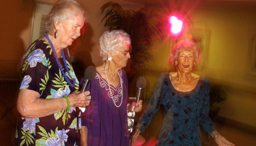 Las personas de casi cualquier edad pueden disfrutar del karaoke.