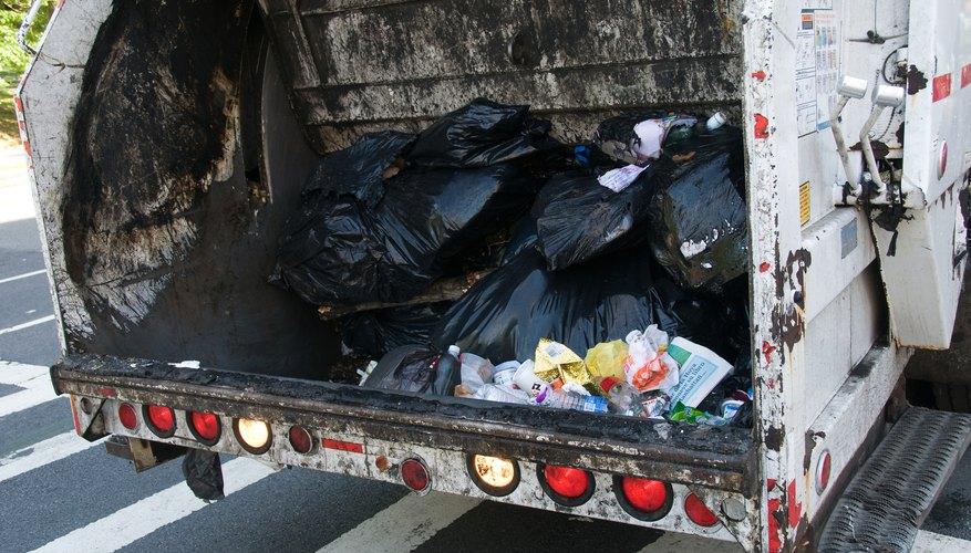 Los recolectores de basura utilizan camiones para hacer su trabajo.