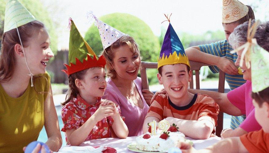 Un preadolescente no quiere celebrar su cumpleaños con una fiesta típica que implique sombreros y un pastel con velas.