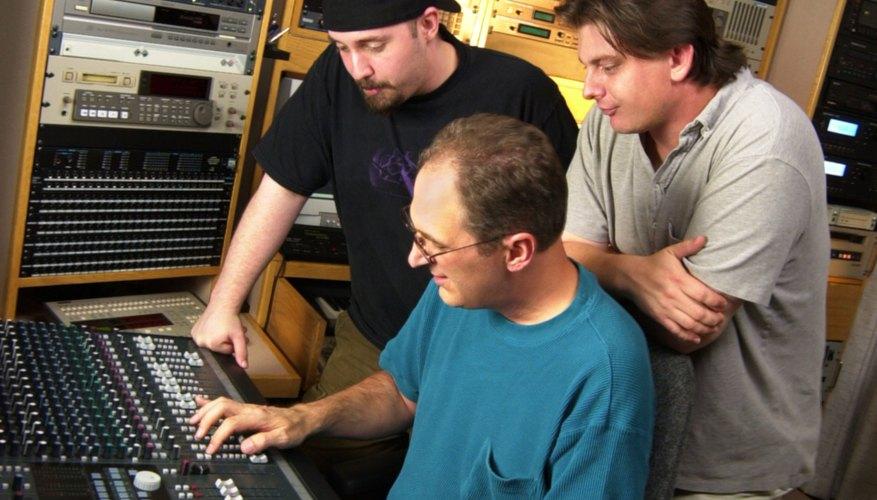 Los ingenieros de audio utilizan su experiencia tecnológica para mejorar el sonido grabado.