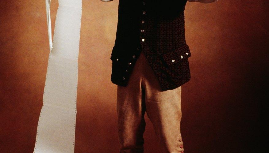 Los hombres coloniales usaban pantalones hasta la rodilla, medias y abrigos.