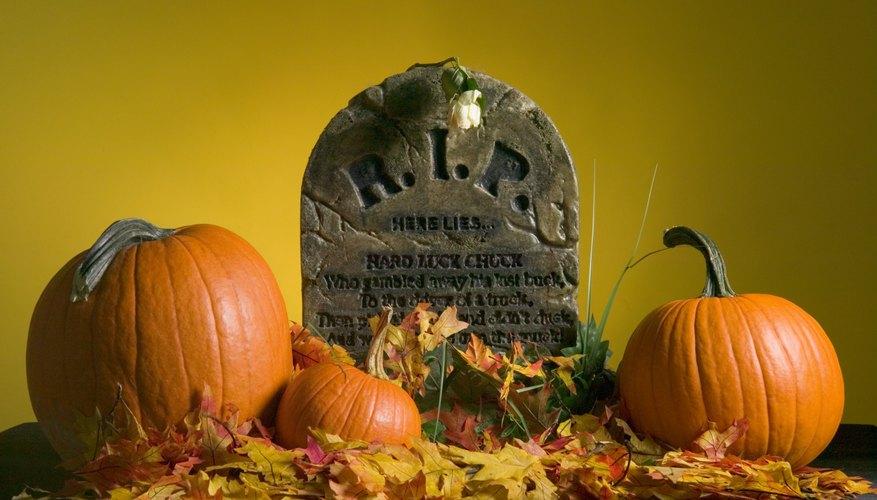 Crea divertidas lápidas con materiales sencillos y económicos.