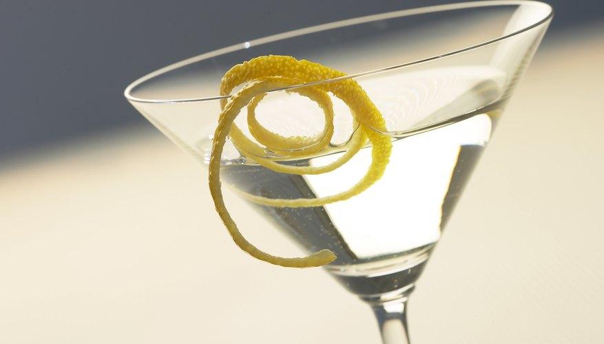 Los espirales de limón añaden una elegante presentación para las bebidas.