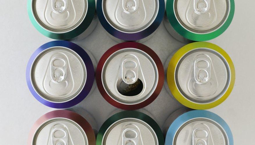 Guarda tus viejas latas de aluminio para crear modelos de autos reciclados.