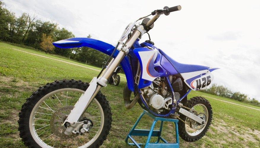 Colocar una motocicleta en el caballete central no requiere de fuerza.