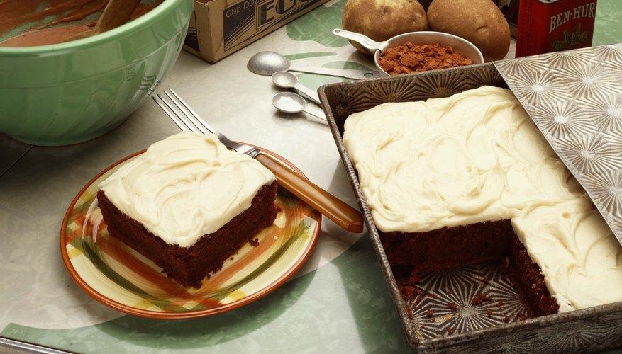 Si eres buena con el glaseado, decora una torta especial para el padre primerizo para demostrarle cuánto piensas en él.