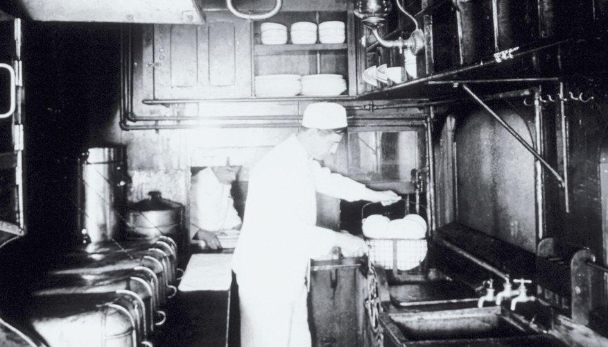 Los ayudantes de cocina pueden ser llamados para mantener la superficie limpia fregando y barriendo, cuando surge la necesidad.