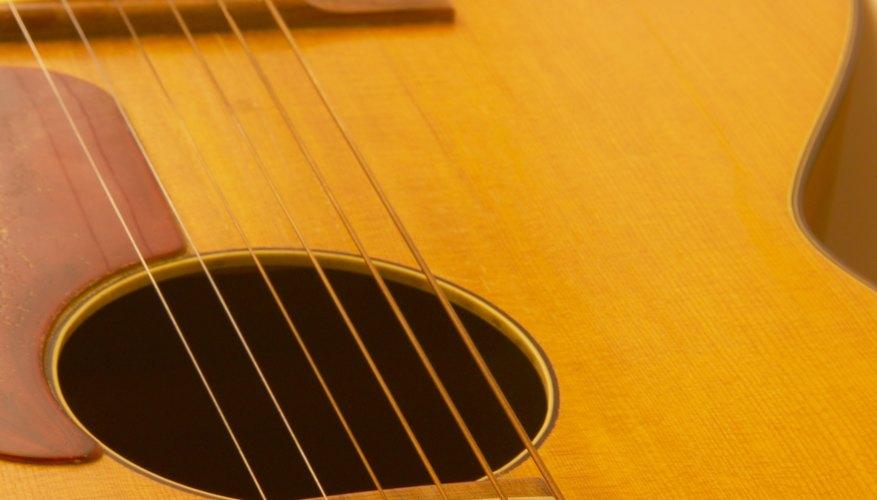 Las cajas de madera maciza de las guitarras son de abeto o cedro.
