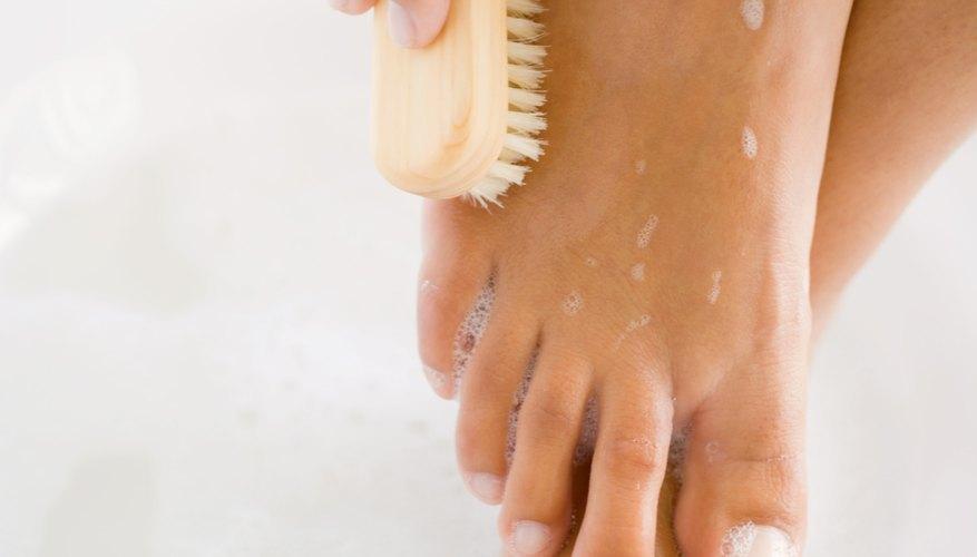 En la playa puedes mancharte con brea, pero con paciencia podrás limpiarla de tu piel