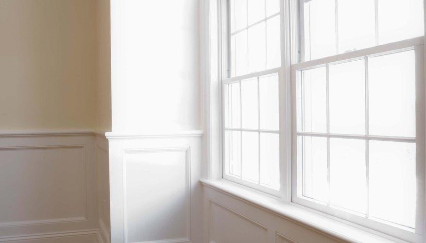 Agrega una cenefa colgante sobre una ventana para crear drama.