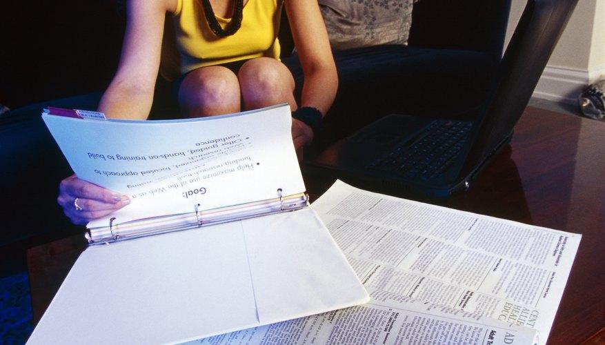 En un trabajo de tesis, el autor hace una afirmación y luego la justifica a través de la investigación y la evidencia.