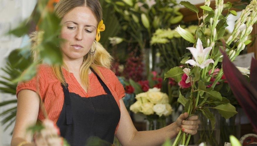 Los floristas profesionales usan espuma florar para mantener las flores en su lugar.